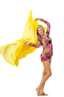 Jong blond mooi vrouwenmodel in roze kleding met oosters patroon