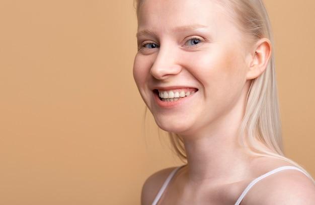 Jong blond vrouwelijk modelportret