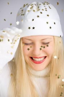 Jong blondemeisje in kerstmistijd