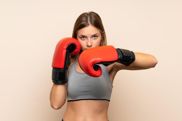 Jong blondemeisje met bokshandschoenen