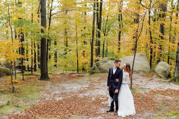 Jong bruidspaar genieten van romantische momenten