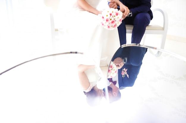 Jong bruidspaar genieten van romantische momenten.