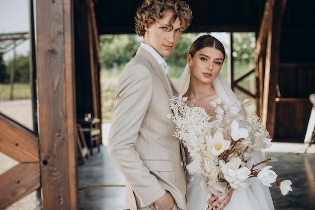 Jong bruidspaar op hun bruiloft