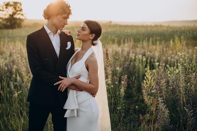 Jong bruidspaar samen in het veld