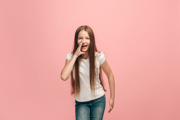 Jong casual tienermeisje schreeuwen in de studio