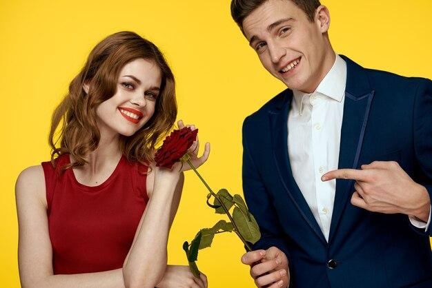 Jong charmant paar steeg relatie romantiek cadeau