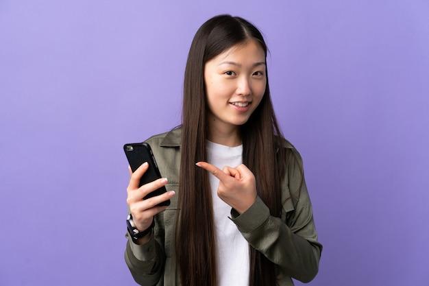 Jong chinees meisje dat mobiele geïsoleerde telefoon met behulp van