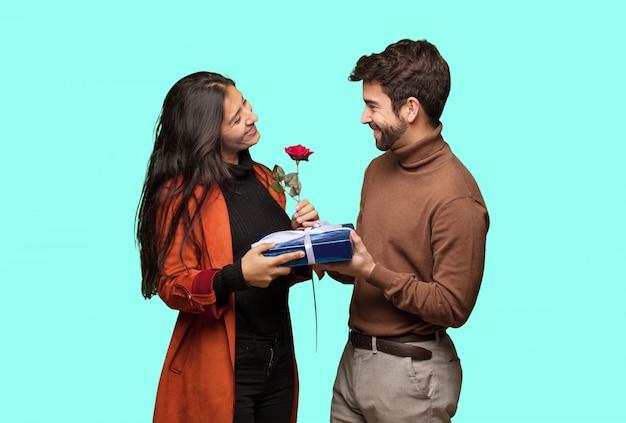 Jong cool paar vieren valentijnsdag