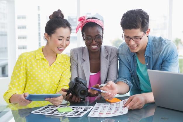 Jong creatief team dat een vergadering heeft