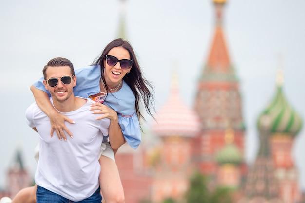 Jong daterend paar in liefde die in stad loopt