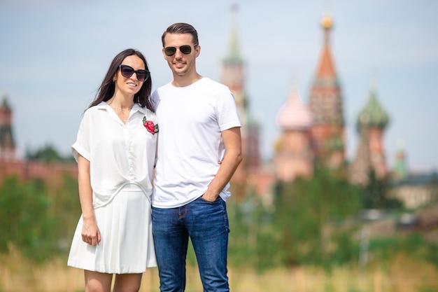 Jong dating paar dat in liefde op stads achtergrond st basils church loopt