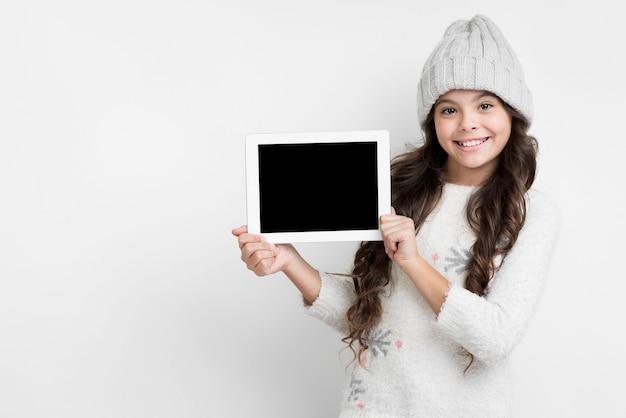 Jong de tabletmodel van de meisjesholding