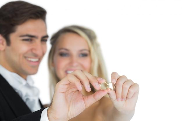 Jong echtpaar dat hun trouwringen toont