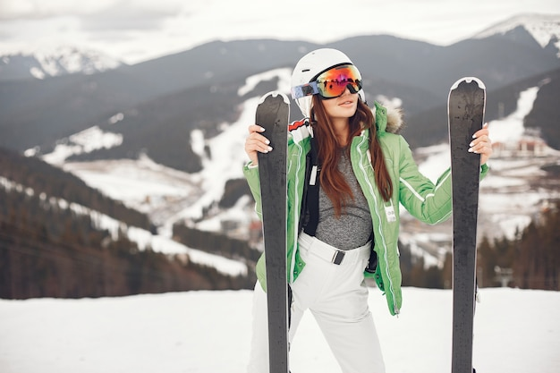Jong en actief brunette skiën. vrouw in de besneeuwde bergen.