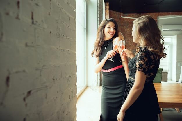 Jong en gelukkig vrienden drinken