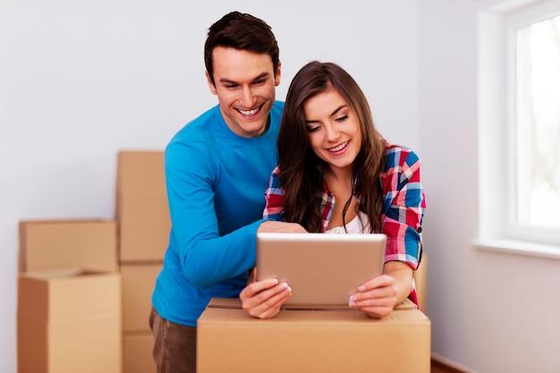 Jong en liefdevol paar dat verhuizing in nieuw huis regelt