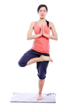 Jong en mooi meisje dat yogaoefeningen doet