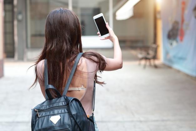 Jong en schattig meisje doet zelfportret met mobiele telefoon