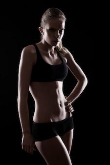 Jong en sexy meisje met fit lichaam