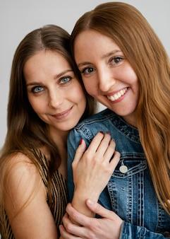 Jong en smileyvriendinnen knuffelen