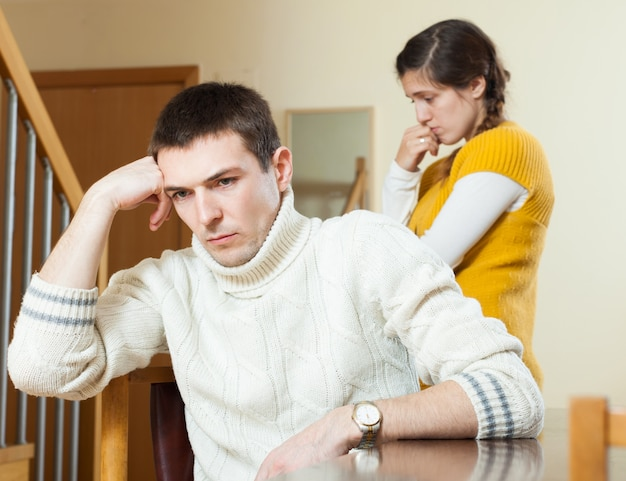 Jong familieconflict. jonge vrouw die conflict met echtgenoot heeft