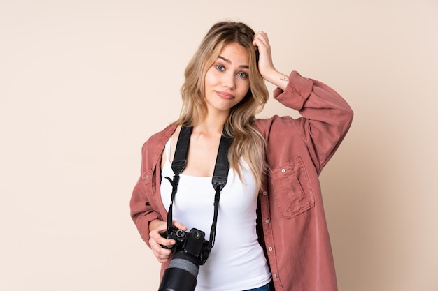 Jong fotograafmeisje over muur met een uitdrukking van frustratie en niet begrijpend