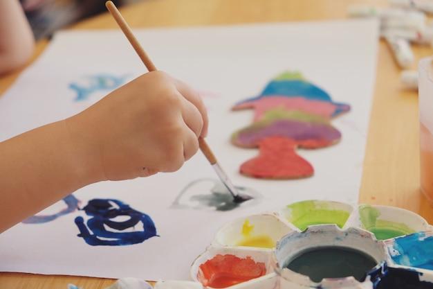 Jong geitje het schilderen op witboek