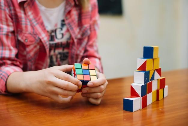 Jong geitje met puzzel spelen