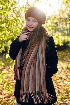 Jong geitjemeisje in het retro de herfst de lente kleedt glimlachen