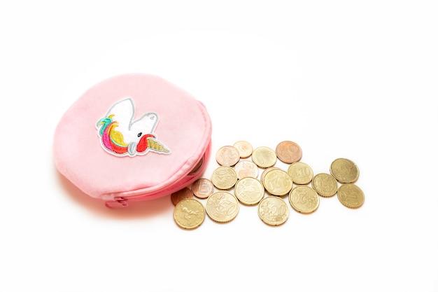 Jong geitjeportefeuille met euro die muntstukken op witte achtergrond worden geïsoleerd
