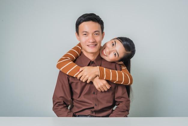 Jong gelukkig aziatisch paar