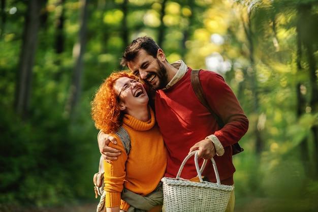 Jong gelukkig lachend paar verliefd knuffelen en wandelen in de natuur. herfst tijd.