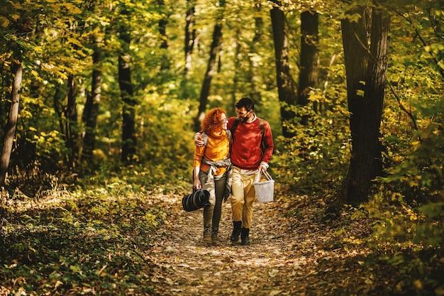 Jong gelukkig lachend paar verliefd knuffelen en wandelen in de natuur.