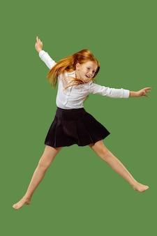 Jong gelukkig meisje dat in de lucht springt
