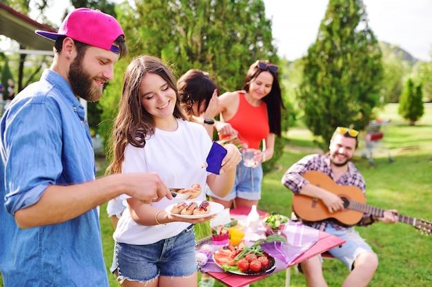 Jong gelukkig paar bij barbecue