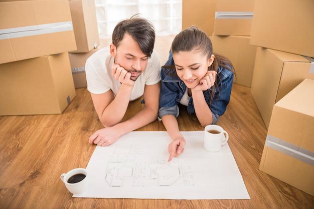 Jong gelukkig paar dat een nieuw huis plant.