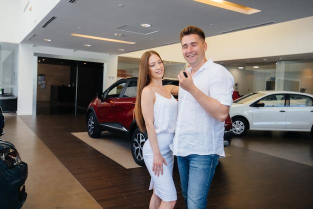 Jong gelukkig paar dat graag een nieuwe auto koopt