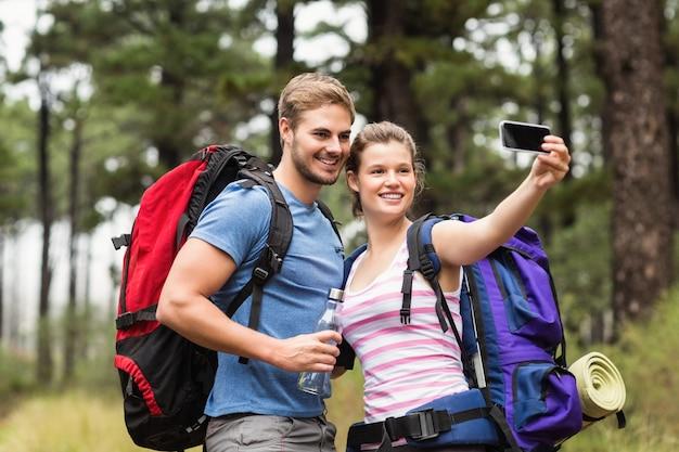 Jong gelukkig paar dat in de aard wandelt