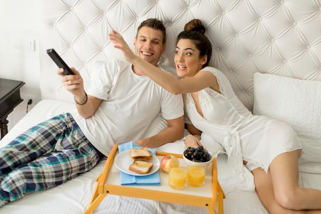 Jong gelukkig paar dat ontbijt in luxeruimte heeft