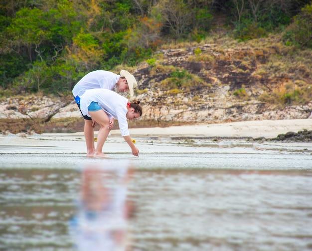 Jong gelukkig paar dat op strand loopt