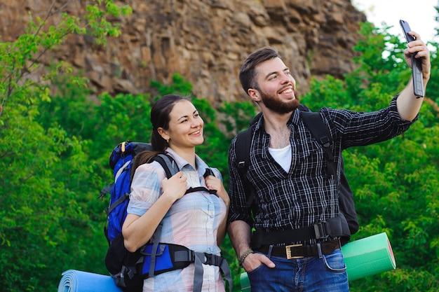 Jong gelukkig paar dat selfie op mobiele telefoon doet.