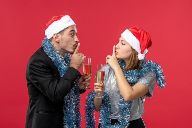Jong gelukkig paar die de liefde van kerstmis van de nieuwjaarspartij vieren