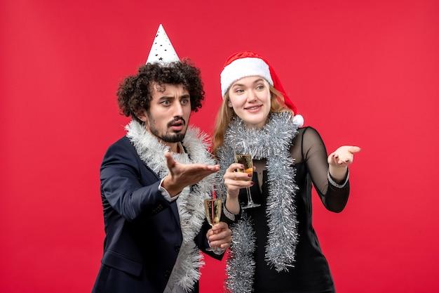 Jong gelukkig paar die de liefde van kerstmis van het nieuwjaar vieren