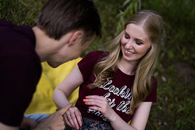 Jong gelukkig paar in liefde. knuffels, kusjes, picknick.