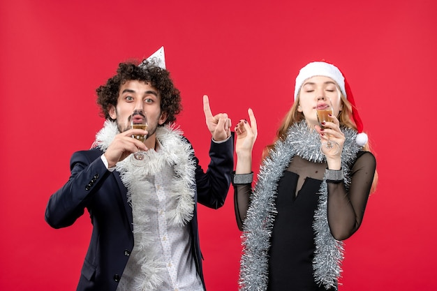 Jong gelukkig paar nieuwjaar vieren op rode vloer kerst liefde partij