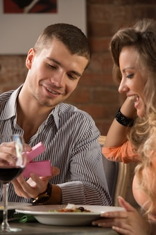 Jong gelukkig paar op romantische datum