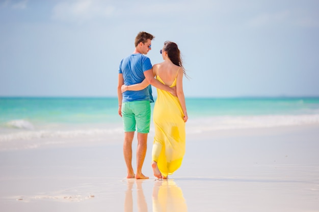 Jong gelukkig paar op wit strand bij de zomervakantie