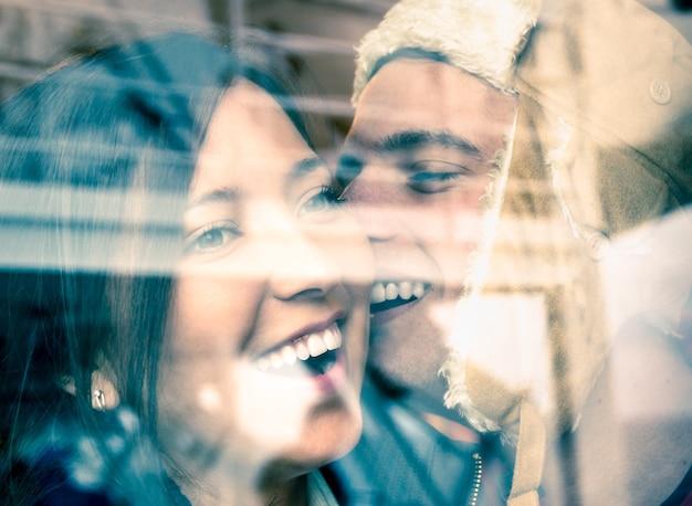 Jong gelukkig paar verliefd aan het begin van een liefdesverhaal