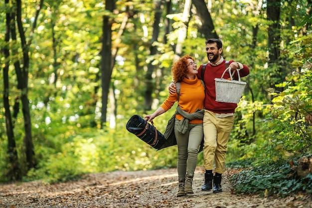 Jong gelukkig paar wandelen in de natuur