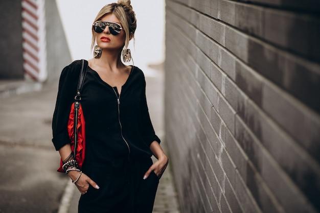 Jong gelukkig vrouwenmodel buiten in de stad